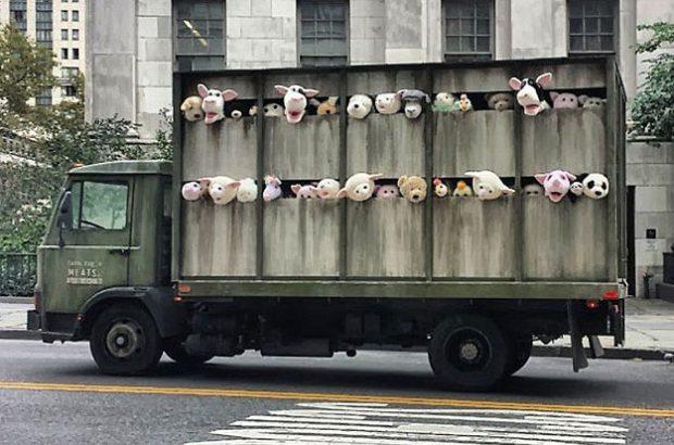 Banksy lleva un camión cargado de animales de peluche al matadero