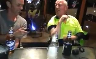 Dos australianos borrachos jugando con una pistola Táser