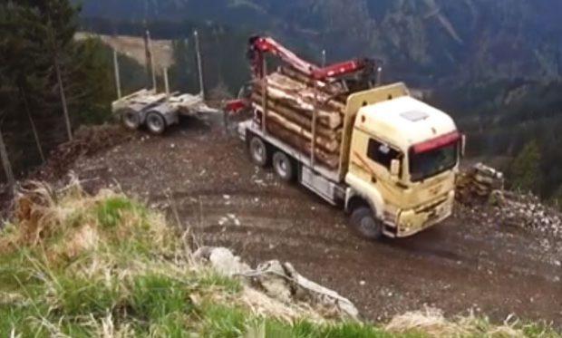 Camionero maniobrando al límite para dar la vuelta
