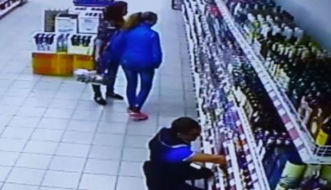 Dos chicas en el supermercado pensando qué alcohol comprar