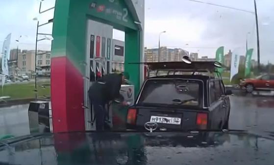 Van a llenar el depósito y el empleado de la gasolinera se pone a bailar breakdance
