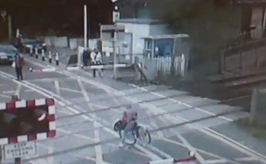 Una mujer en bici se salva por milímetros de ser arrollada por un tren