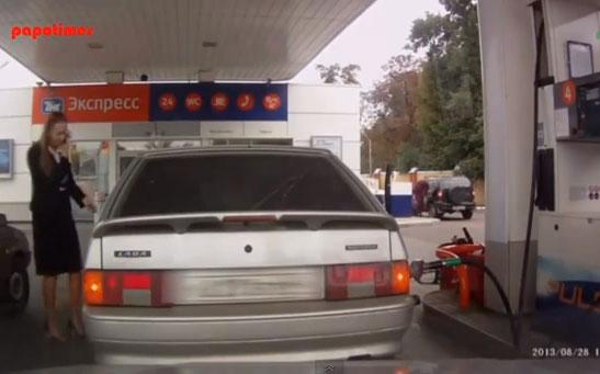 Mujer haciendo el ridículo en una gasolinera