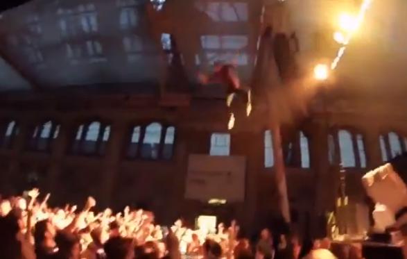 El rapero George Watsky se tira al público en un concierto desde 10 metros de altura