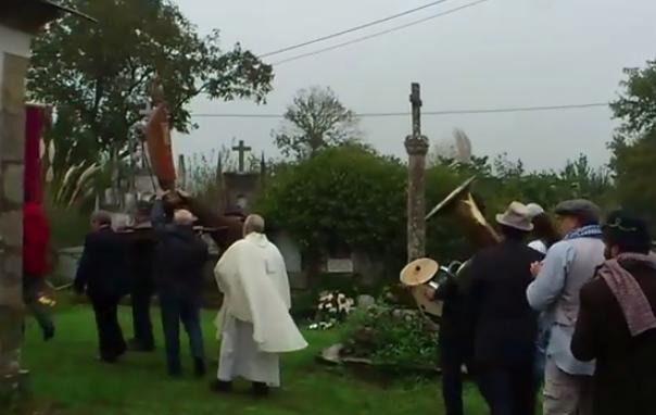 Banda de música gallega tocando ''A las barricadas'' y ''El coche fantástico'' durante una procesión