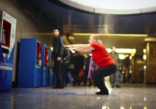 Nueva forma de pago para el metro en Moscú, un billete por 30 sentadillas