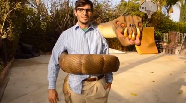 Disfraz de serpiente mutante enroscada en el cuerpo