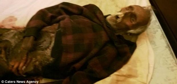 Una mujer duerme junto a los restos de su marido muerto desde hace casi un año