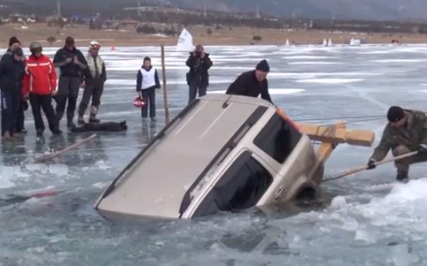Cómo sacar una SUV hundida en un lago congelado al estilo ruso