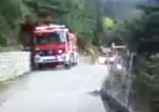 Incendia su casa y arroja el coche por un acantilado antes de dárselos al banco