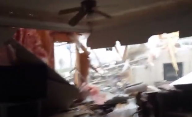Un tornado pasa a través de su casa. Lo graba antes, durante y después
