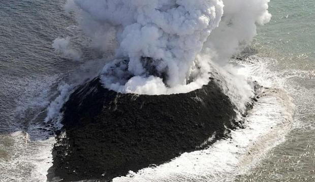 Impresionantes imágenes del nacimiento de una isla volcánica en Japón