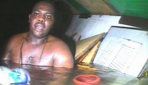 Momento en el que encuentran a un superviviente de un naufragio después de 60 horas atrapado