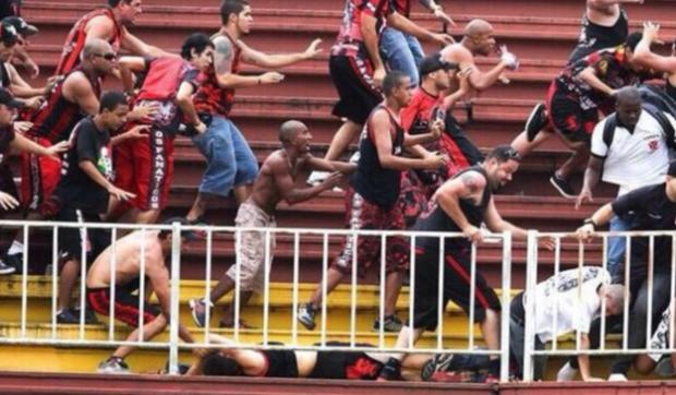 Batalla campal en Brasil entre hinchas del Paranaense y el Vasco da Gama (Vídeo)