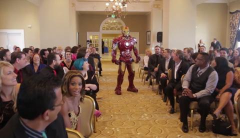 La boda más épica de la historia: El novio se enfrenta con Iron Man, Batman y ninjas