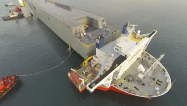 Espectacular embarque del portaaviones LHD Adelaide en el semisumerdible Blue Marlin en ría de Vigo