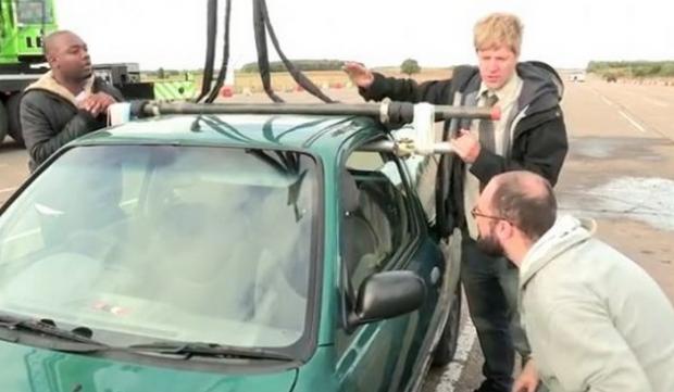 ¿Pueden una simples gomas elásticas soportar el peso de un coche?
