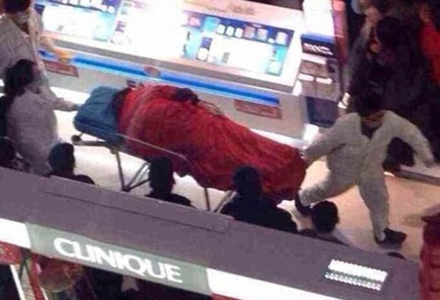 Se suicida después de cinco horas de compras con su novia