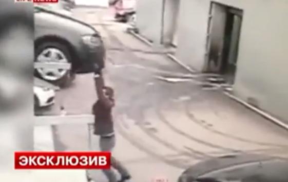 Se le cae el coche e intenta pararlo con las manos