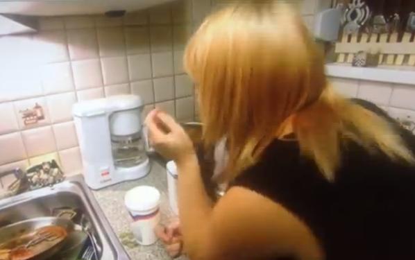Mujer preparando café en un programa de televisión