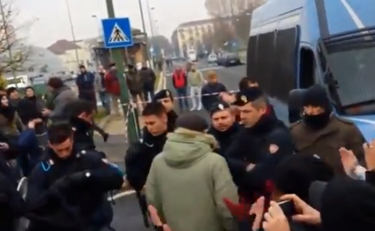 La policía italiana se quita los cascos y marcha junto a los manifestantes