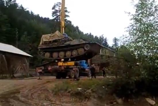 Rusos descargando un tanque con una grúa