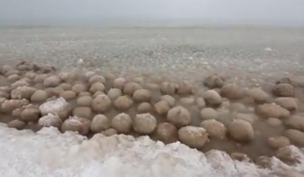 Bolas de hielo en la orilla del lago Michigan