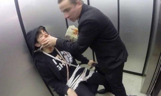 Cámara oculta: Sicario ruso tiene a un rehén en el ascensor