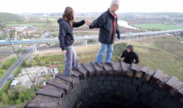 Caminando por una chimenea a 110 metros de altura sin ningún tipo de seguridad