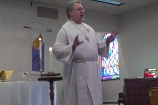Un pastor da la misa en un minuto para no perderse el partido de su equipo (Vídeo)