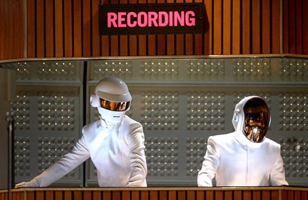 Premios Grammy 2014: Daft Punk, Pharrell Williams y Stevie Wonder interpretando el Get Lucky