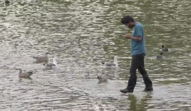 El mago Rahat también sabe caminar sobre el agua. Ojo a las reacciones...