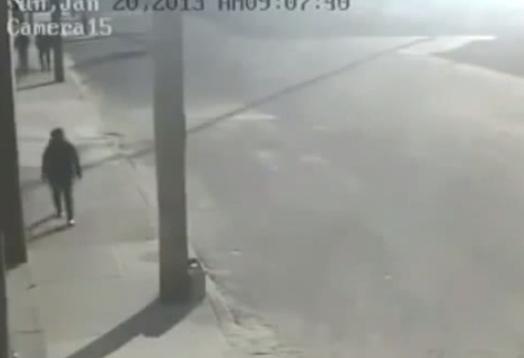 Un poste de la luz salva a una señora de un terrible atropello