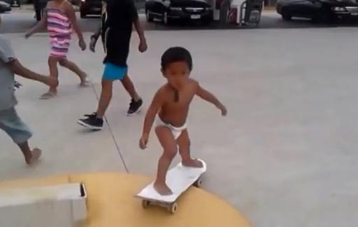 Un skater de dos años