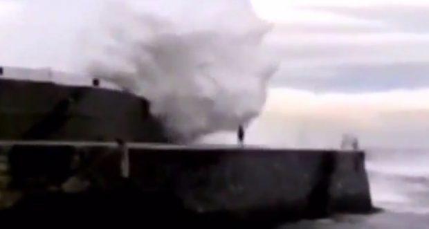 Vídeo del momento en el que un hombre es arrastrado por una ola en Ondarroa