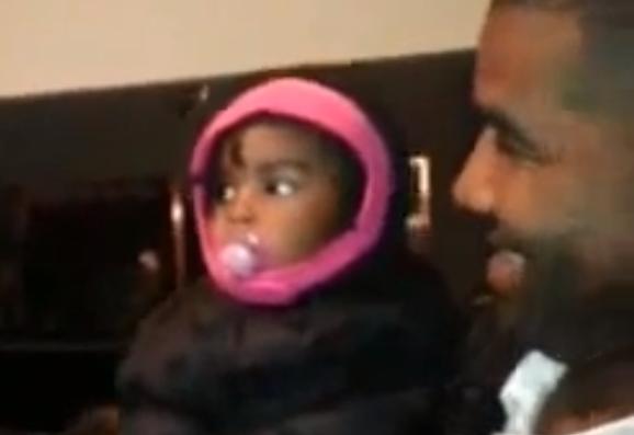Reacción de una niña al visitar por primera vez al gemelo de su padre