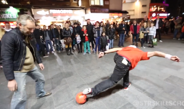 Séan Garnier demostrando sus habilidades con el público en la calle