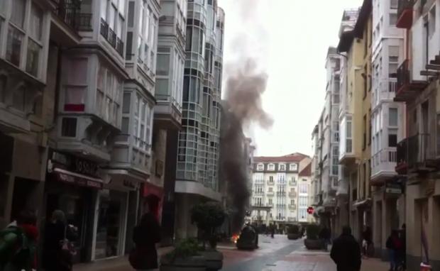 Vídeo de la explosión de una arqueta en la calle Diputación de Vitoria-Gasteiz