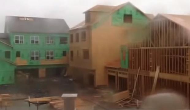 Vientos de 140 km/h derriban un edificio en construcción como si fuera un castillo de naipes