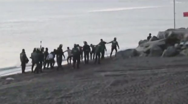 VÍDEO: La Guardia Civil devuelve inmigrantes a Marruecos de forma ilegal