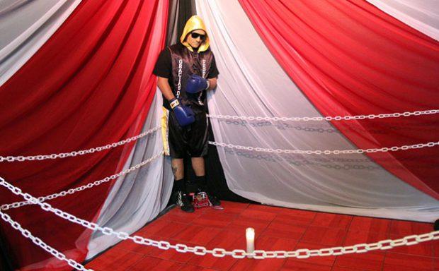 Con guantes, botines y bata, un boxeador muerto fue velado de pie en un ring