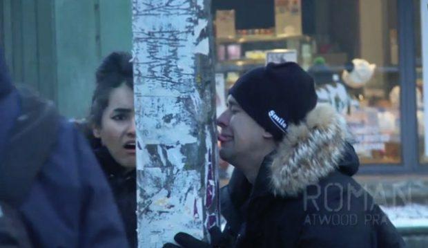 Broma al estilo ''Dos tontos muy tontos'', lengua pegada al poste congelado