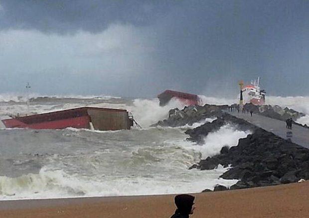 Un carguero español se parte en dos tras chocar contra un dique en Francia (Vídeo)