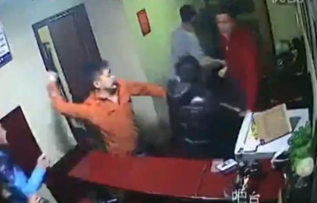 Unos huéspedes descontentos deciden pelearse con los trabajadores del hotel