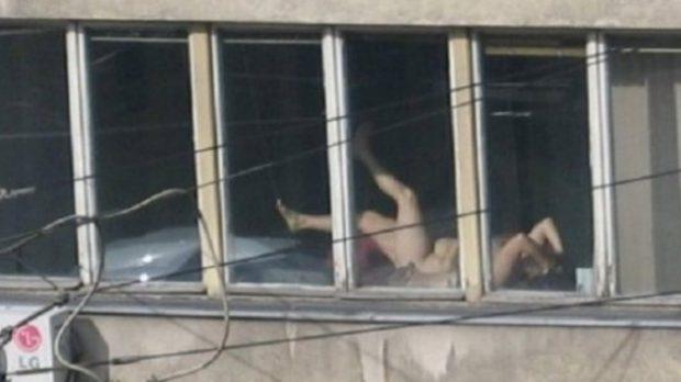 Destituyen a una jueza por tomar el sol desnuda en su despacho
