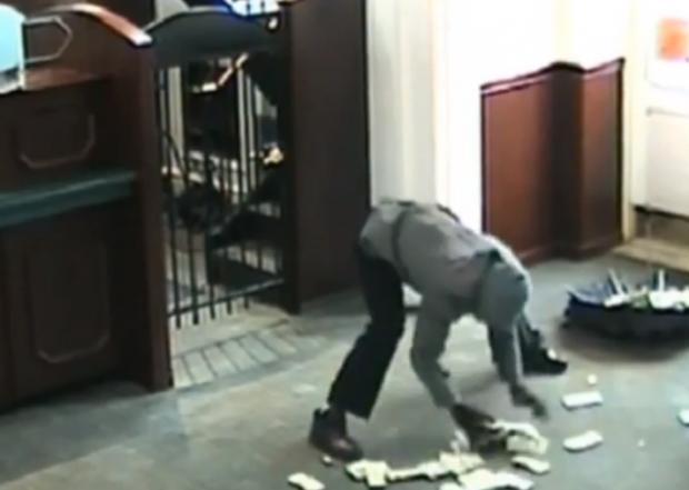 Un ladrón se abre la cabeza cuando trataba de huir con un paraguas lleno de dinero