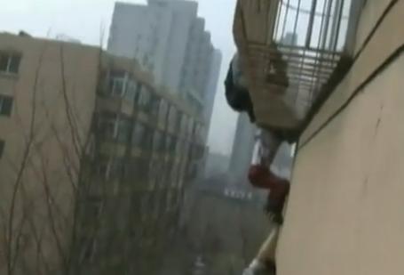 Rescate de un niño atrapado en la ventana de un 5º piso en China
