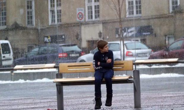 Reacción de noruegos al ver a un niño pasando frío