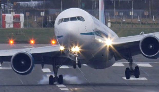 El tren de aterrizaje de un avión Boeing 767 al límite