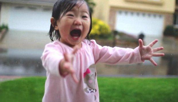Hermosa reacción de una niña al ver y sentir la lluvia por primera vez